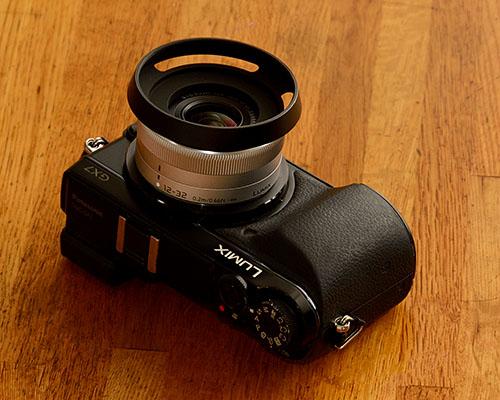 クラシックなメタルフードを着けたデジタル一眼ミラーレスカメラ