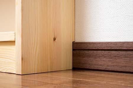 壁にピッタリと設置できる本棚